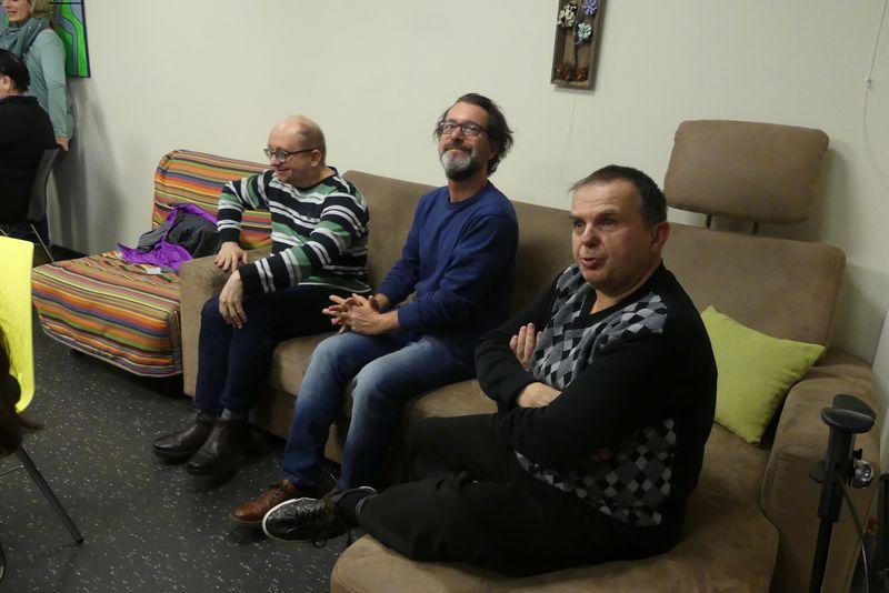 Roland, Dieter und Markus haben es sich auf der Couch bequem gemacht.