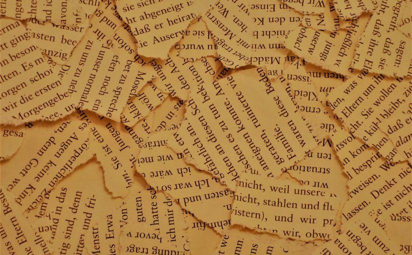 Papierschnipsel aus einem Buch liegen übereinander.