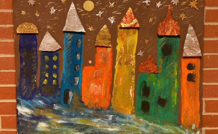Ein Gemälde mit vielen bunten Türmen in leuchtenden Farben. Die Türme haben dreieckige, zwiebelförmige und runde Türme aus geprägtem Metall.